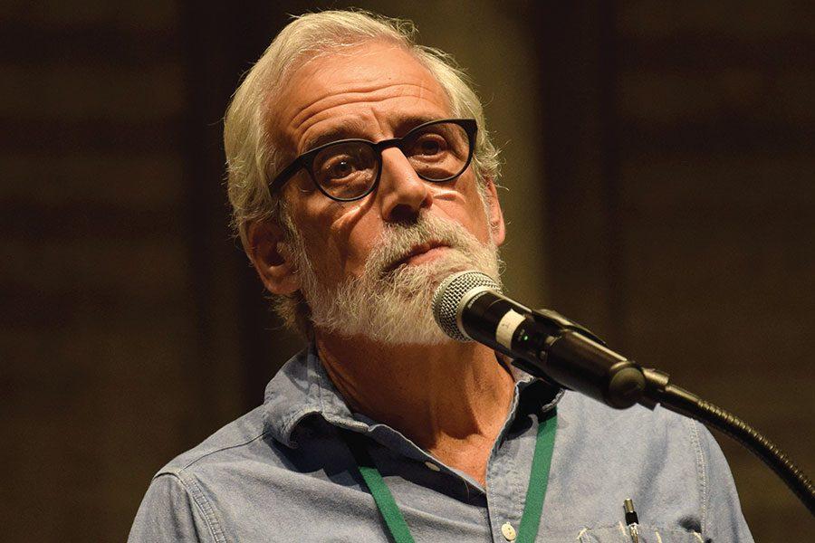Photo: alumni speaker relates journalism career